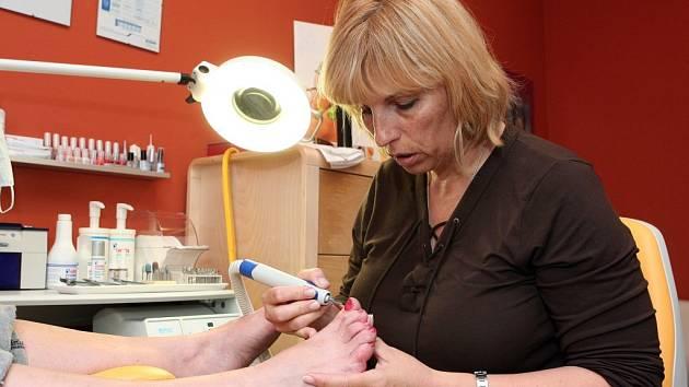 Takzvaná suchá pedikúra je relativně novinka v ošetřování nohou a hodí se pro klienty s nemocemi krve. Zuzanu Fialovou baví obor nejen kvůli tomu, že nohy zkrášluje, ale že je klientovi pomáhá i léčit