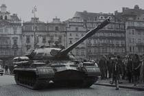 Náměstí Republiky. Lidé nevěřícně koukají na tanky, které obsadily centrum Plzně.  Proti sovětským vojákům se okamžitě zvedla vlna odporu.