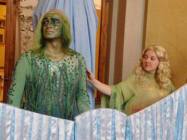 Mladá pěvkyně Adéla Lučanská, která zvítězila v celostátní soutěži pedagogických fakult, se už prosazuje také v Divadle J. K. Tyla v Plz- ni. Zpívá Rusalku v inscenaci nazvané podle Dvořákovy stejnojmenné opery O Rusalce (na snímku s Romanem Duškem v roli
