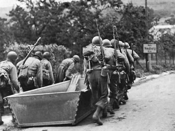 Pěší pluk nese útočný člun k řece Moselle