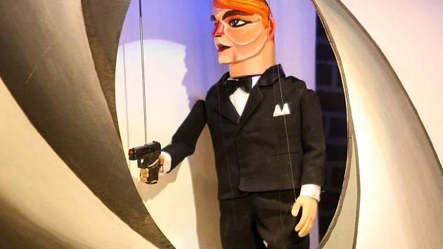 Jedno nepovedené natáčení bondovky popisuje nová inscenace Divadla Alfa s názvem James Blond. Čistě loutková inscenace nabízí kombinaci marionet s maňásky a přináší parodický pohled na svět Jamese Bonda i zákulisí hollywoodských trháků