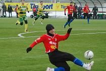 Milan Petržela z Viktorie Plzeň se snaží odcentrovat míč v sobotním utkáni Tipsport ligy proti Sokolovu