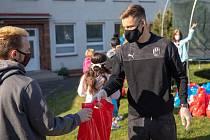 Lukáš Kalvach předává o Velikonocích dárky v dětském domově Domino.