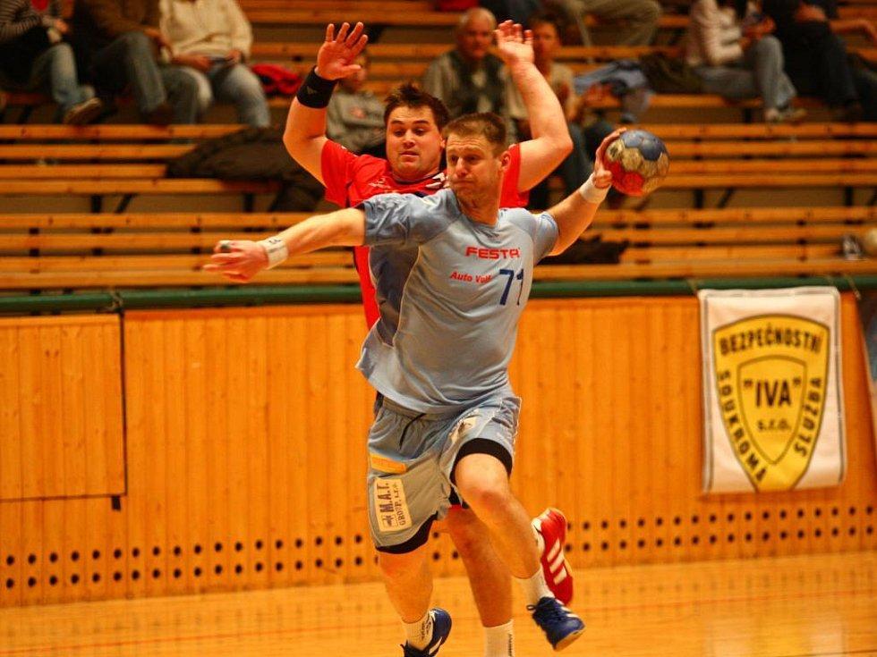V zápase proti Bystřici v březnu 2008 se do plzeňské sestavy vrátil dlouhodobě zraněný Adolf Blecha (s míčem). Lokomotiva zvítězila 37:24 a Blecha zatížil konto soupeře dvěma brankami.