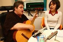 Jana Sokolová (vlevo), která je upoutána už přes 20 let na invalidní vozík, potěšila  se svou asistentkou Monikou personál na gynekologicko–porodnické klinice