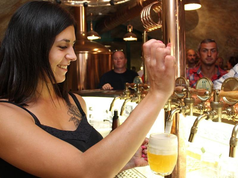 Na nové plaské pivo z Knížecího pivovaru se u pultu stály dlouhé fronty.