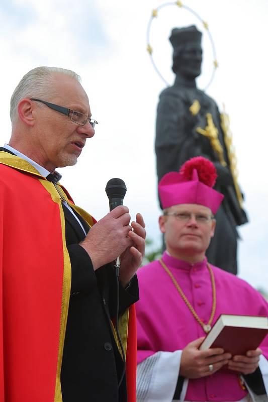 Nepomuk - odhalení a vysvěcení sochy sv. Jana Nepomuckého vlevo Jiří Špiřík, vpravo generální vikář David Henzl