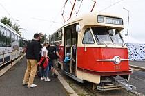 Dva historické autobusy a tři tramvaje kroužily v sobotu 29. srpna po Plzni, aby připomněly dvě jubilea Plzeňských městských dopravních podniků.