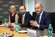 Smlouvu na deset let podepsal na Krajském úřadě Plzeňského kraje hejtman Josef Bernard s generálním ředitelem společnosti Arriva Danielem Adamkou. Nový dopravce Arriva zahájí provoz v roce 2020.