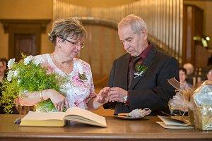 Zlatá svatba na radnici v Plzni - manželé Jana a Jiří Bartoníčkovi