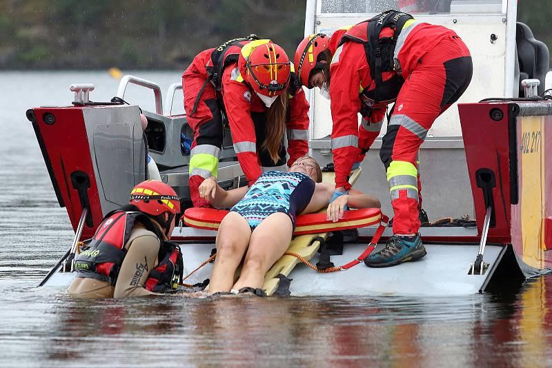 43 - Ukázka zásahu záchrany tonoucího z vody.
