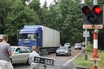 Dopravu na železničním přejezdu nedaleko Kaznějova chvíli řídili také muž se synem. Řidiči jejich pokyny vítali a hlavu si s ničím nelámali