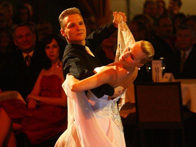 Předtančení se postarala vítězka televizní StarDance Iva Langerová s tanečním partnerem Jindřichem Činčurou.