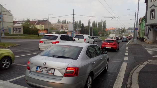 Ucpaná Rokycanská třída v Plzni v úterý ráno