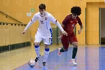 Dušan Künstner (v bílém) je jedním ze čtyř futsalistů Interobalu v reprezentaci do 21 let.
