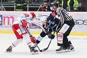Semifinále play off hokejové extraligy - 5. zápas: HC Oceláři Třinec - HC Škoda Plzeň, 11. dubna 2019 v Třinci. Na snímku (zleva) Michal Kovařčík, David Stach.