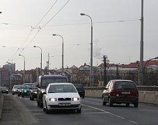 V ulici U Trati, kde bude objízdná trasa trolejbusů, už jsou troleje.