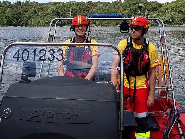 Člověk by měl společnosti vrátit službu, vzkazuje plavčík z přehrady