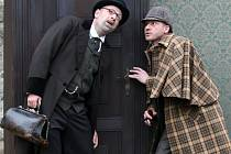 Pavel Batěk (vpravo) a Zdeněk Velen ztvárnili v detektivní komedii Sherlocka Holmese a doktora Watsona
