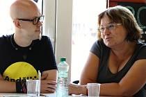 Plzeňští dobrovolníci učitelka Zdeňka Zikmundová a její budoucí kolega Petr Setvín.