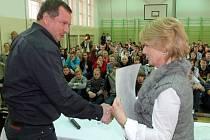 Tělocvična sportovního gymnázia se na konci roku 2013 stala místem setkání Pavla Vrby se studenty. Spolu s ním je na snímku ředitelka školy Milena Majerová