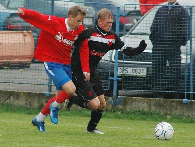 Jakub Blažek z Viktorie Plzeň B (vlevo) bojuje o míč se soupeřem v nedělním utkání České fotbalové ligy proti Slavii Praha