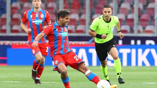 Záložník Aleš Čermák v pohárovém zápase s dánským SønderjyskE.