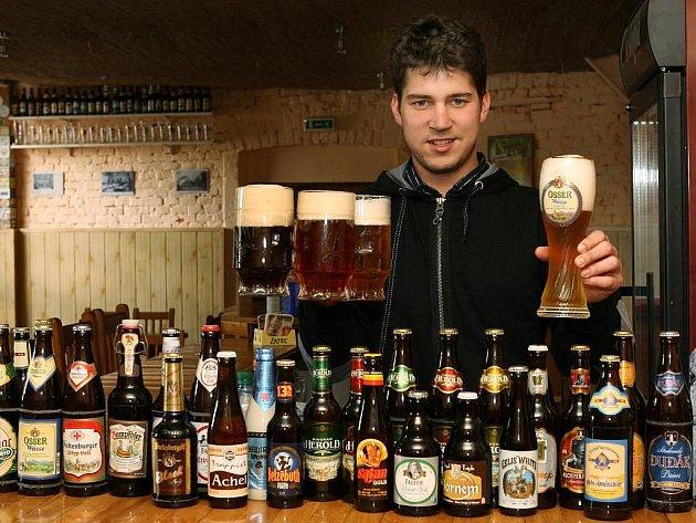 Petr Strnad z klubu malých pivovarů ukazuje některé z druhů piv od malých výrobců