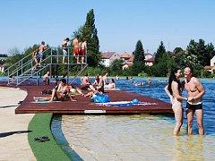 Dospělí i děti se tak snaží léto ještě užít a poslední volné chvíle prázdnin tráví například na dobřanském koupališti