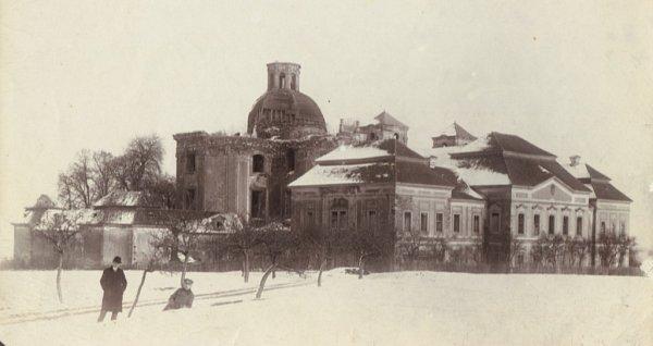 Mariánská Týnice vzimě kolem roku 1900, kdy zní byla téměř beznadějná zřícenina