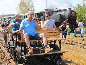 Velkými lákadly sobotní akce byla parní lokomotiva i ruční drezína, již mohl rozhýbat každý.