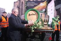 Sládek Václav Berka naráží sud s jubilejním pivem