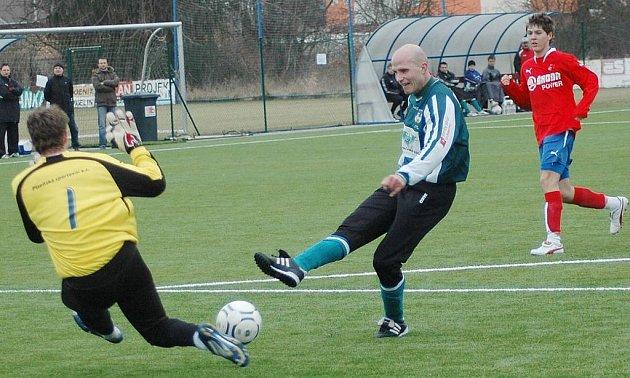 Hrající trenér Chomutova Tomáš Heřman se snaží překonat brankáře Viktorie Šilhánka v nedělním přípravném utkání v Plzni.