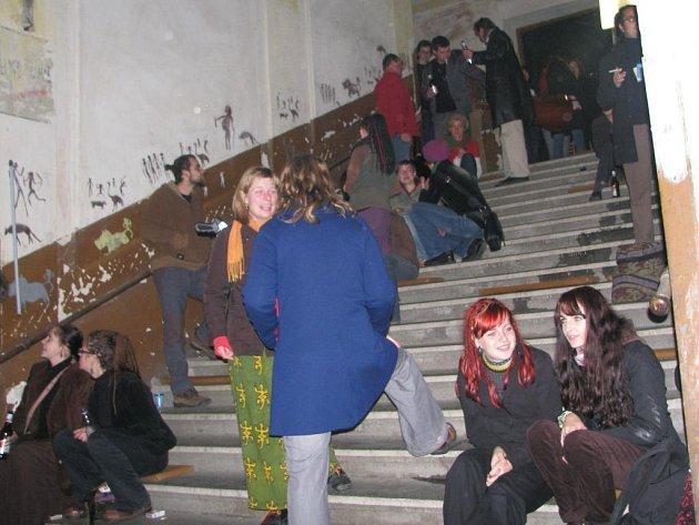 Diváci na schodech. Akci 111 % Fest s podtitulem hudebně vizuálně kreativní poetický zábavný festival navštívily na Jižním Předměstí desítky vyznavačů alternativního umění.