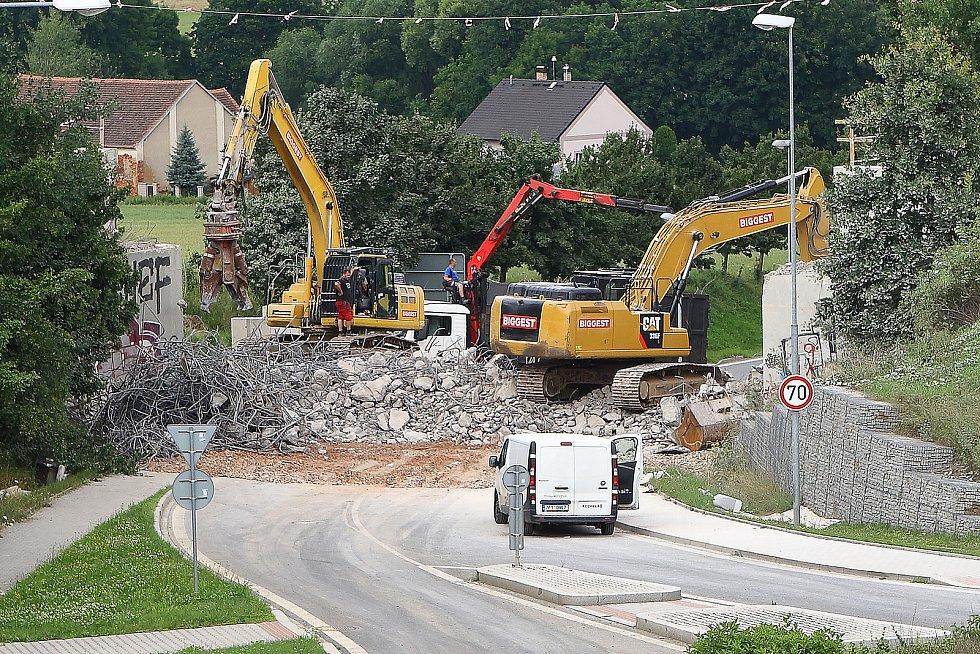 Demolice železničního mostu a vložení mostního provizoria mezi Bručnou a Koterovem je součástí prováděné modernizace železniční trati mezi Plzní a Nepomukem.