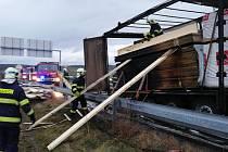 Požár kamionu se dřevem na sjezdu z dálnice D5