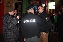 Primátor Martin Zrzavecký se strážníky a policisty na obhlídce Americké třídy před Vánocemi.