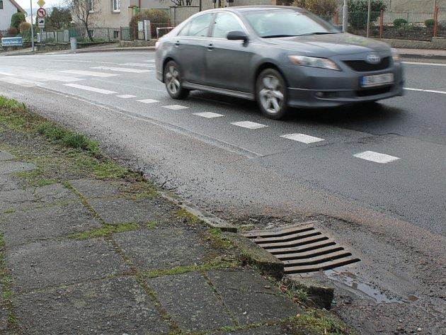 Ve Chválenicích čekají opravy rozpadající se chodník naproti škole