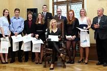 V Plzni vládne atletika. Nejlepší dorostenkou Plzně za rok 2014 byla zvolena nadějná překážkářka Jana Reissová (v křesle)