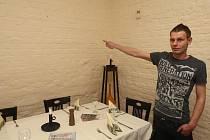 Tomáš Šik ukazuje, kde byly obrazy k vidění před krádeží