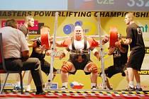 Silák z Vejprnic Jaroslav Šoukal vybojoval v kategorii nad 120 kg evropský titul. Na snímku je při úspěšném pokusu při dřepu s činkou o váze 332,5 kg