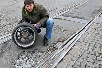Jakub Křesina ukazuje poškozené disky kol a výtluk, kde se disky poničily