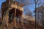 Nová expozice plzeňské zoo. Dřevěný domek v koruně mohutného dubu se nachází ve svahu v dosud nikdy expozičně nevyužité části areálu mezi pavilonem Amazonie a skleníkem Mediterraneum pod Dinoparkem.