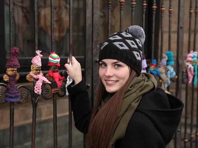 Modelka Markéta Kolářová v čepici, kterou upletla Gabriela Vorlová.