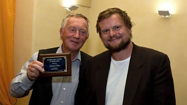 Básník Jakub Fišer (vpravo), autor sbírky Obžaloba lůzokracie,  převzal v tomto týdnu v pražské Kavárně Čas z rukou Aloise Marhoula Mobelovu cenu za rok 2014.