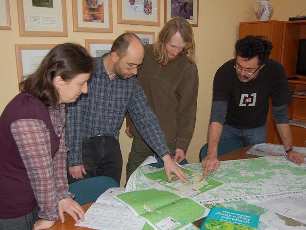 Zaměstnanci Správy CHKO Český les Milena Prokopová, Jan Poláček, Tomáš Peckert a vedoucí správy Jindřich Horáček (zleva) studují mapu výskytu invazních rostlin