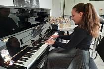 Čína klavír nechtěla. Teď udělá radost žákům v Plzni.