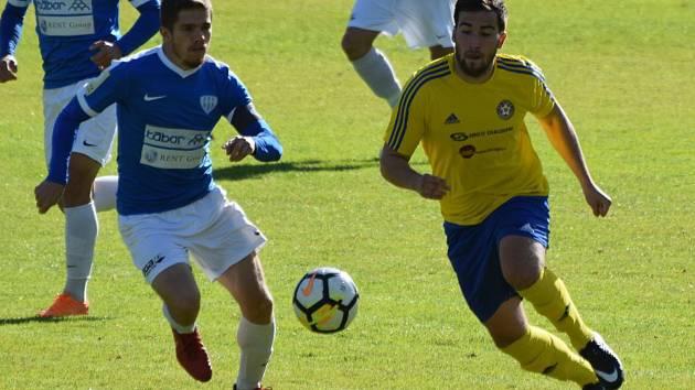 Divizní fotbalisté Senka Doubravka (ve žlutém dresu) prohráli na hřišti posledního týmu MAS Táborsko B 0:2. Obě branky padly ve druhé půli.