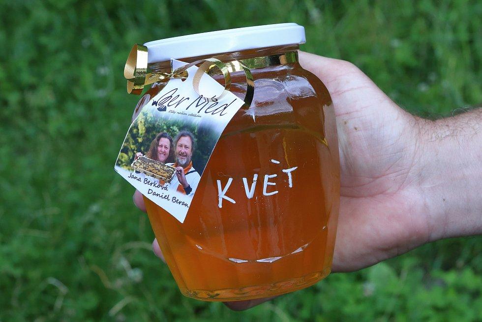 36 – Med květový vznikl sběrem různodruhových nektarů květin a je výrazně zdravější, než med lesní.