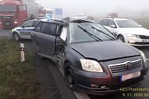 Nehoda osobního s nákladním vozidlem.